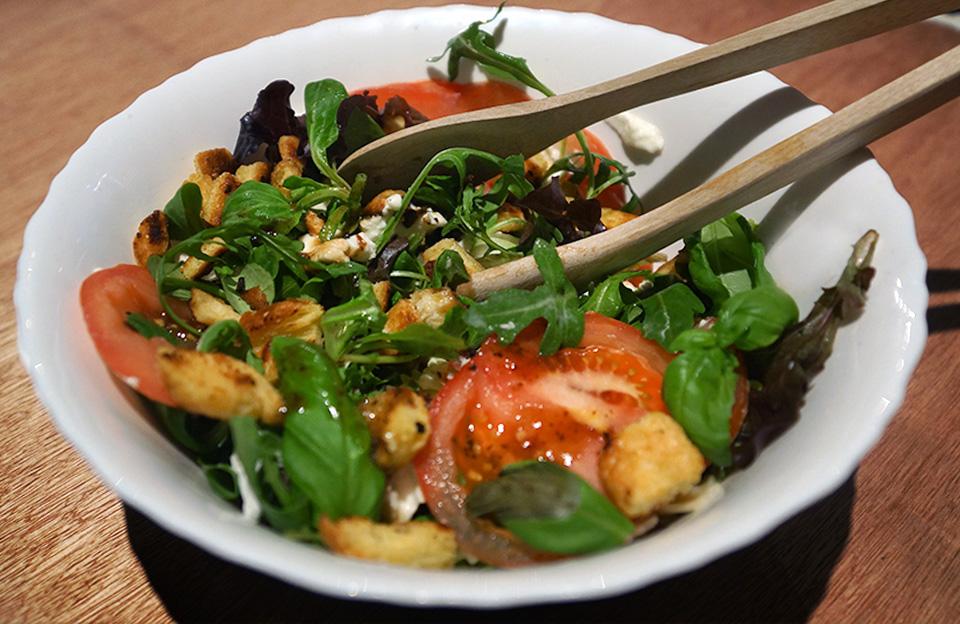 salade_caprese_tomaat_basilicum_mozzarella_croutons_-2